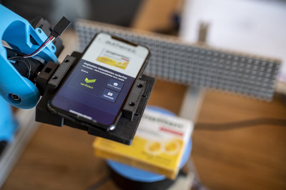 """Für den Echtheits-Check braucht es lediglich ein Smartphone und die """"Authentic""""-App. © Ralph Kunz"""